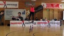Une jolie tchèque fait des acrobaties en vélo