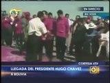 Lanzan pétalos de rosas para que Chavez camine