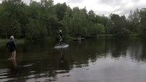 Un hoverboard propulsé par une turbine permet de voler au dessus de l'eau