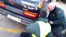 Incroyable mais vrai : Un immigré caché dans le par-choc d'une voiture