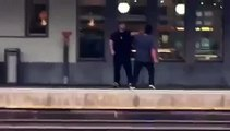 Un homme tombe sur la voie ferrée pendant une bagarre au moment ou le train passe