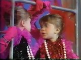 LITTLE MARY KATE AND ASHLEY OLSEN TWINS SINGING TOTALLY OPPOSITE IDENTICAL TWINS CUTE SONG & DANCE