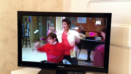 A scene from Glee in French!  Kissing booth, Michael Jackson's PYT & a girl fight