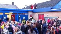 Sint door brandweer van schooldak geholpen in Kortgene