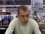 Koleś odkrył kamerkę internetową w sklepie - chyba pierwszy raz w życiu....!!! ~HIT ;-)