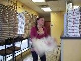 Cette femme plie des boites de pizza plus vite que n importe qui!