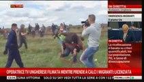 Operatrice ungherese prende a calci i migranti