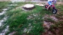 parco di san vitale baganza(PR)... bambini che giocano con cacche di animali e con buche pericolose!