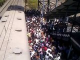 People magic on Mumbai railway in 30 seconds!!!