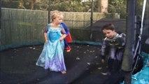 Superman Batman Elsa Frozen trampoline jeux d'enfants kids playing