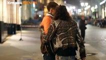 Le chanteur d'Aerosmith Steven Tyler vient chanter avec un musicien de rue à Moscou