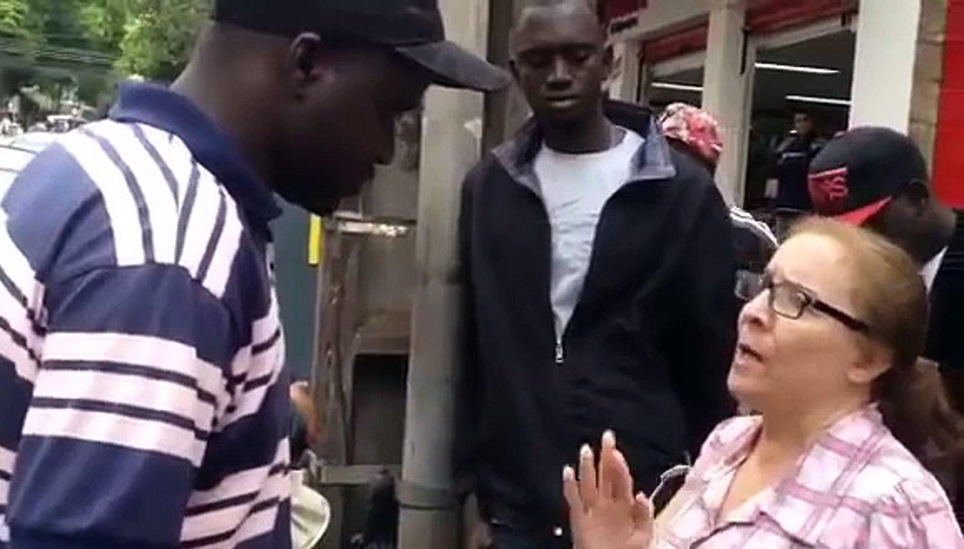 Mulher joga banana e chama senegalês de 'macaco' no centro de Londrina