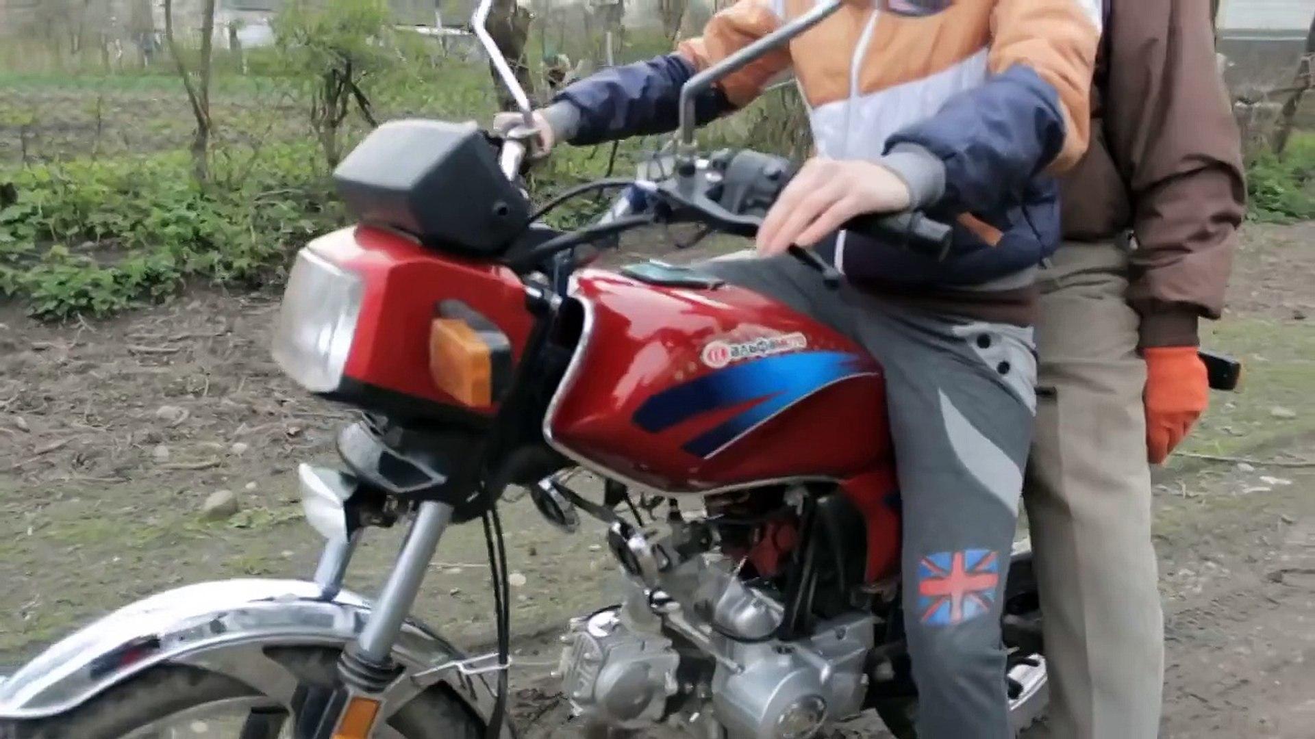 Папа учит дочку водить мотоцикл-скачать приколы