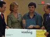 Aguirre entrega premio al pasajero 10millones de Vueling