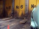 ゴミ収集車が焼却場にゴミを捨てるところ(堺クリーンセンター東工場)