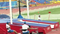 Oops! Scary moment of a female pole vaulter