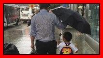 Umbrella Dad, foto virale del papà che protegge il figlio dalla pioggia