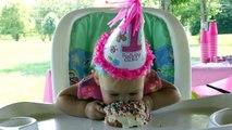 Yüzündeki Tatlılığa Bakın! 1. Yaşını Kutlayan Tatlı Bebişin Pasta Yerken ki Sevimliliği