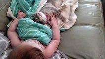 Un bébé et un chat qui font dodo ensemble : TROP MIGNON!