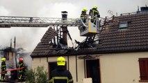Hesdin-l'Abbé : les pompiers doivent démonter les tuiles des toits pour venir à bout de l'incendie