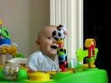 Réaction adorable d'un bébé quand sa maman éternue... Trop mignon!