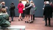 Les mannequins d'Etam improvisent un défilé de lingerie dans un musée