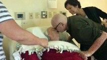 Un homme de 92 ans chante à sa femme leur chanson d'amour pour la dernière fois