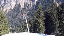 Il skie sur un câble de télésiège en parapente