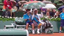 Djokovic invite un ramasseur de balles à partager son parapluie et lui offre à boire