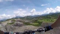 Descente extrême en VTT dans les Alpes