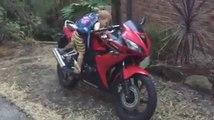 Quand bébé démarre la moto de papa