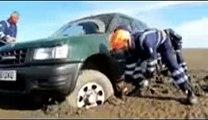 Grave erreur : un automobiliste se promène sur la plage, sa voiture est emportée par la mer