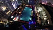 Saut en base jump dans une piscine depuis une tour de 335 mètres