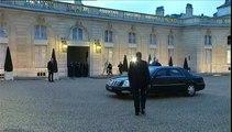 L'accolade de John Kerry à François François Hollande devant l'Elysée