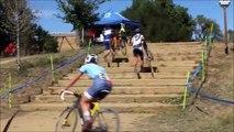 Ce cycliste escalade les escaliers sans descendre du vélo... Un boss!