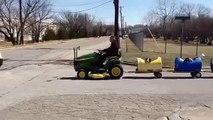 Un texan construit une locomotive miniature pour transporter ses 9 chiens !