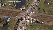 Paris-Roubaix : des coureurs forcent un passage à niveau alors qu'un TGV arrive