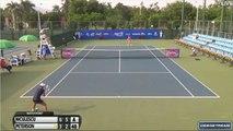 Une joueuse de Tennis remporte la balle de match sans sa raquette