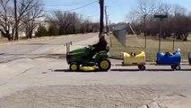 Un retraité crée un train pour chiens avec des barils en plastique