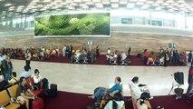Le personnel d'Air France danse à l'aéroport