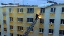 Un pompier chute d'une échelle à cause d'un bloc de glace !