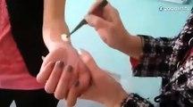 Un professeur découpe le bras de son élève en cours