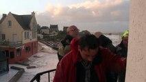 La gare maritime de l'île de Sein noyée sous les vagues