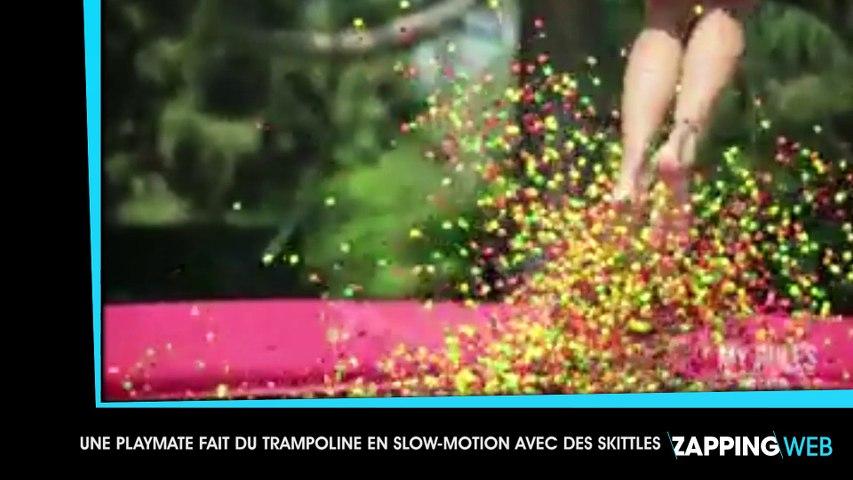 Une playmate très sensuelle fait du trampoline en slow-motion