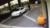 Il oublie le frein à main, sa voiture part au car wash et détruit tout sur son passage