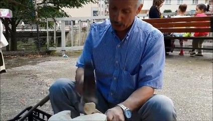 Çaykara pazarında bir kaşık ustası
