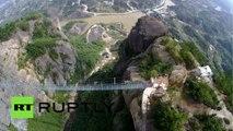 Chine : un drone filme le plus long pont de verre suspendu du monde