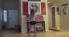 Une fille danse dans son salon quand son père débarque