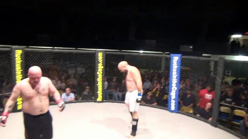 Ao tentar escapar de finalização, lutador defeca e deixa rastro pelo octógono