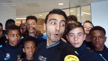 Un freestyler humilie les jeunes joueurs de Manchester City à coups de petits ponts _ Pop _ Sport
